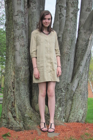 tan Old Navy dress - black unknown necklace