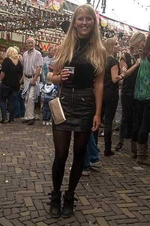 black wedges - black top - black leather skirt