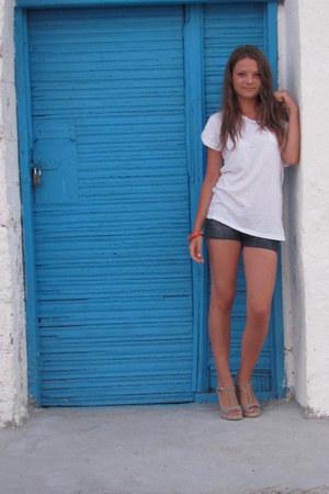 nude sandals - navy Bershka shorts - white New Yorker t-shirt - red bracelet