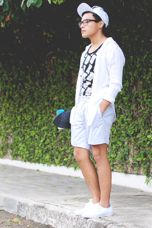 cap Boy London hat - chinos Sfera shorts - Zara t-shirt - Vans sneakers