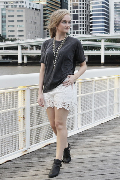 white sabo skirt shorts - black asos t-shirt - gold diva necklace