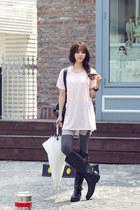 black rain boots JAMYRedopin boots - light pink tshirt JAMYRedopin t-shirt