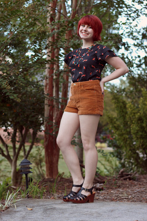 Boohoo top - tawny Forever 21 shorts - black Korks heels