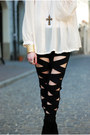 Black-leggings-white-blouse-gold-bracelet