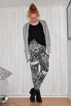 heather gray GINA TRICOT sweater - black H&M t-shirt - black tiamo boots - white