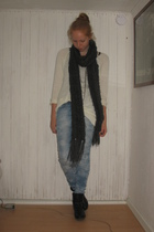 black Din Sko boots - blue BikBok jeans - white h&m divided top - gray H&M scarf