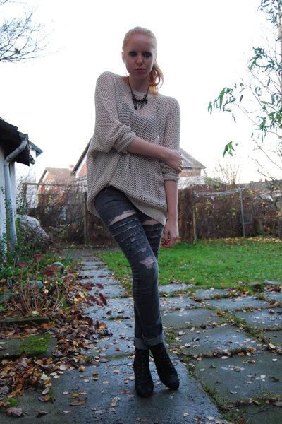 beige H&M Trend blouse - gray DIY Lee jeans - black Din Sko shoes - black lindex