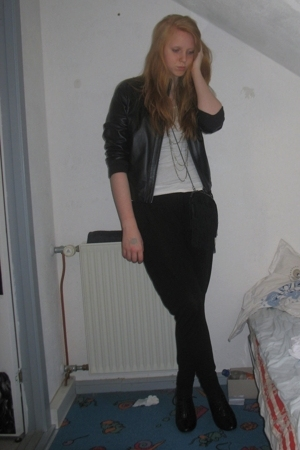 Primark jacket - H&M t-shirt - H&M necklace - GINA TRICOT pants - H&M shoes