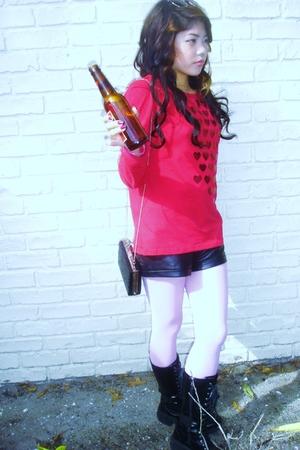 red t-shirt - black boots - pink leggings - black purse