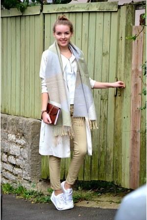 trenchcoat H&M jacket - white rebook sneakers