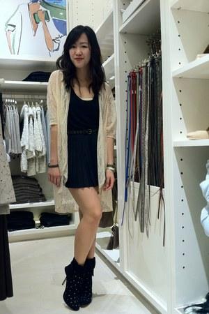 beige lace dejavu cardigan - black ann taylor boots - black pleated kirra skirt