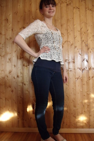 ivory peplum lace kohls top - navy kohls jeans - off white gifted flats
