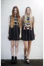 Black-shoes-black-shirt