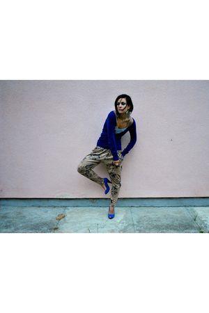 blue shoes - blue sweater - beige pants