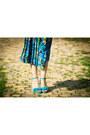 Black-crop-new-yorker-top-blue-floral-print-vintage-skirt