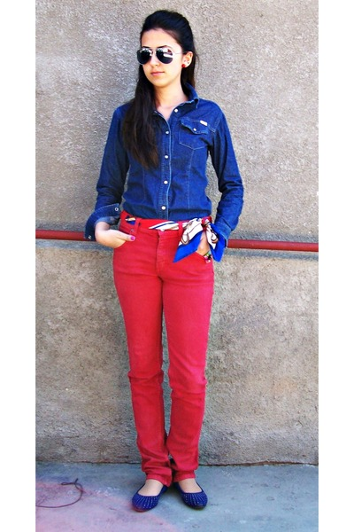 red jeans - blue shirt