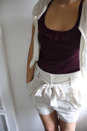 beige Tommy Hilfiger cardigan - purple top - beige H&M shorts
