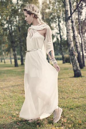 white maxi Newdress dress - Converse sneakers