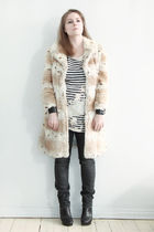 beige second hand coat - black Customized t-shirt - black Lee jeans - black Rtzo