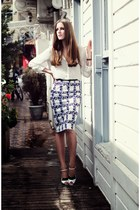 blue printed sugarhill boutique skirt - white leather Fendi heels