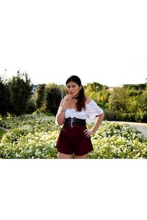 ruby red zaful shorts - black corset zaful belt - white brandy melville top