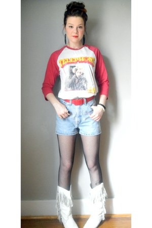 vintage boots - Levis shorts - feather earrings
