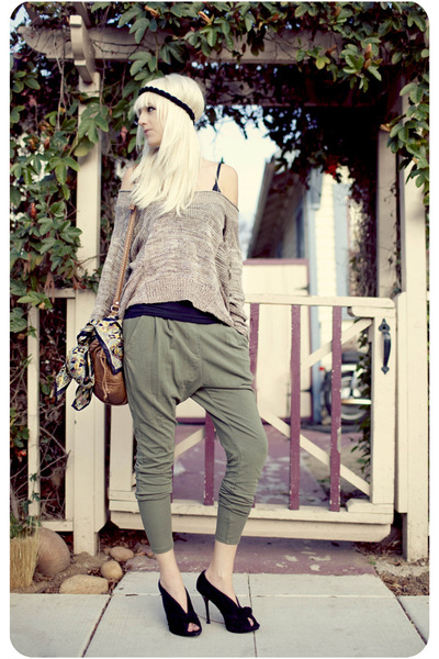 Black-shoes-army-green-pants-light-brown-sweater_400