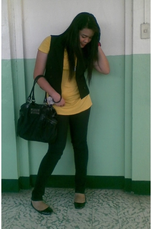 black accessories - black vest - gold t-shirt - black shoes - black purse