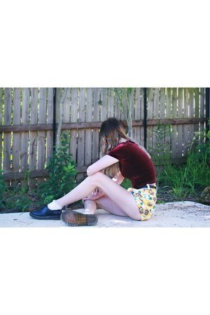 crimson velvet subtitled top - yellow American Apparel shorts