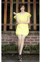 black shoes - light yellow dress