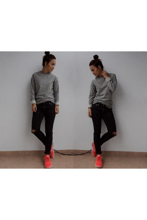 salmon free run 3 nike shoes - black Levis jeans - heather gray H&M sweater