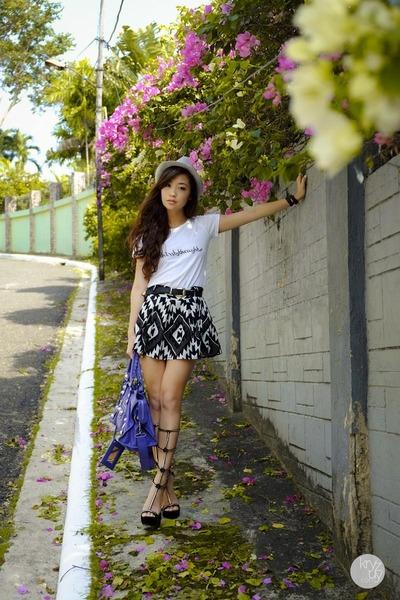 white snaptee top - black Choies heels