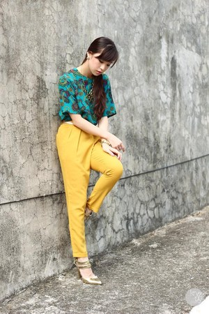 light yellow Ministry of Retail pants - gold windsor heels