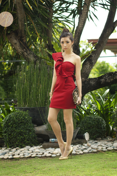 red windsor dress - gold michael antonio heels