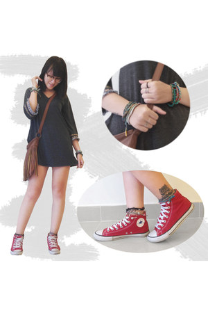 tawny Roxy bag - gray top - red Converse sneakers