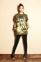 graphic shirt - black tights - black heels