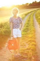 blue H&M top - red Zara bag - white vintage shorts - blue Decathlon flats
