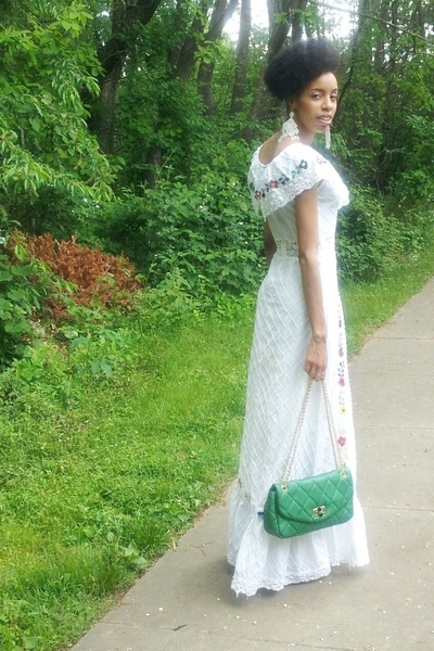 White-dress-turquoise-blue-purse_400