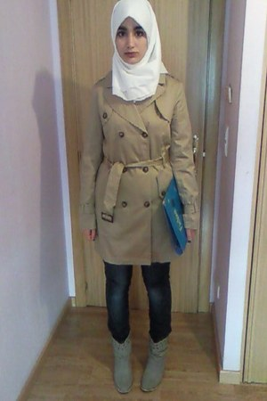 silver boots - tan pull&bear coat - blue jeans - white scarf