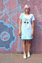 white vintage sneakers - light blue tie dyed Lil Kanye dress