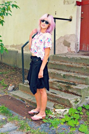 white furby print H&M t-shirt - black Sheinside sunglasses - black thrifted belt