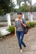 heather gray moms t-shirt - blue jeans - tan shoes - black bag