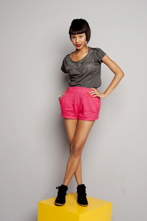 gray chic Zara top - red street style Zara shorts