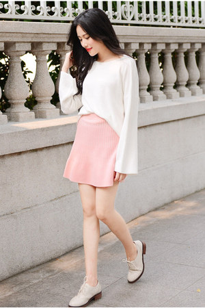 white oversized Larmoni sweater - light pink knit Larmoni skirt