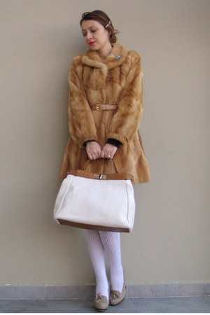 eggshell random brand bag - tan custom made shoes - beige fur vintage coat