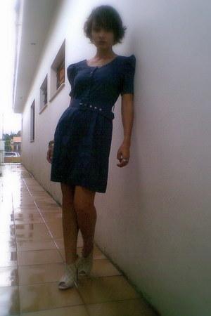 beige shoes - navy dress - navy belt