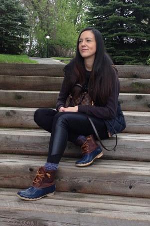 navy rain boots sperry boots - black Forever 21 sweater - black Macys leggings