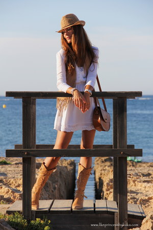 camel Italia boots - off white Stradivarius dress