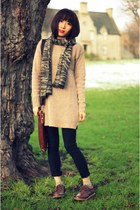 camel oversize Uniqlo sweater - dark brown flat Clarks shoes
