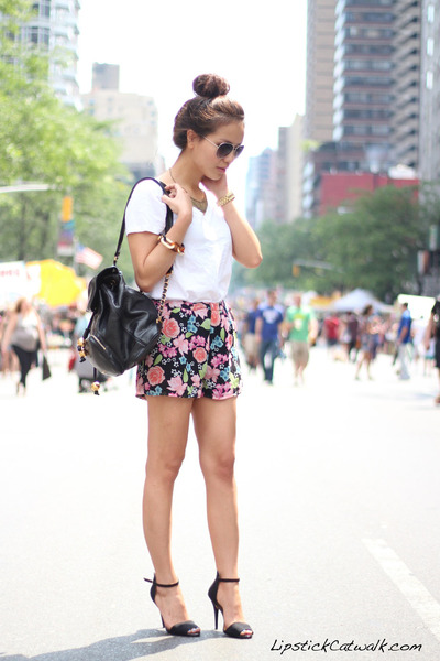 floral print h&n shorts - vintage Chanel bag - basic Zara sandals